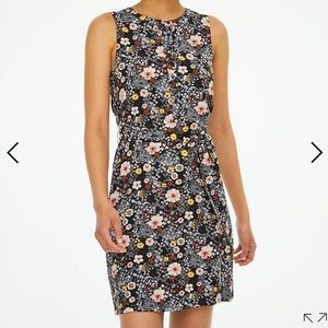 Sleeveless floral dress with tie